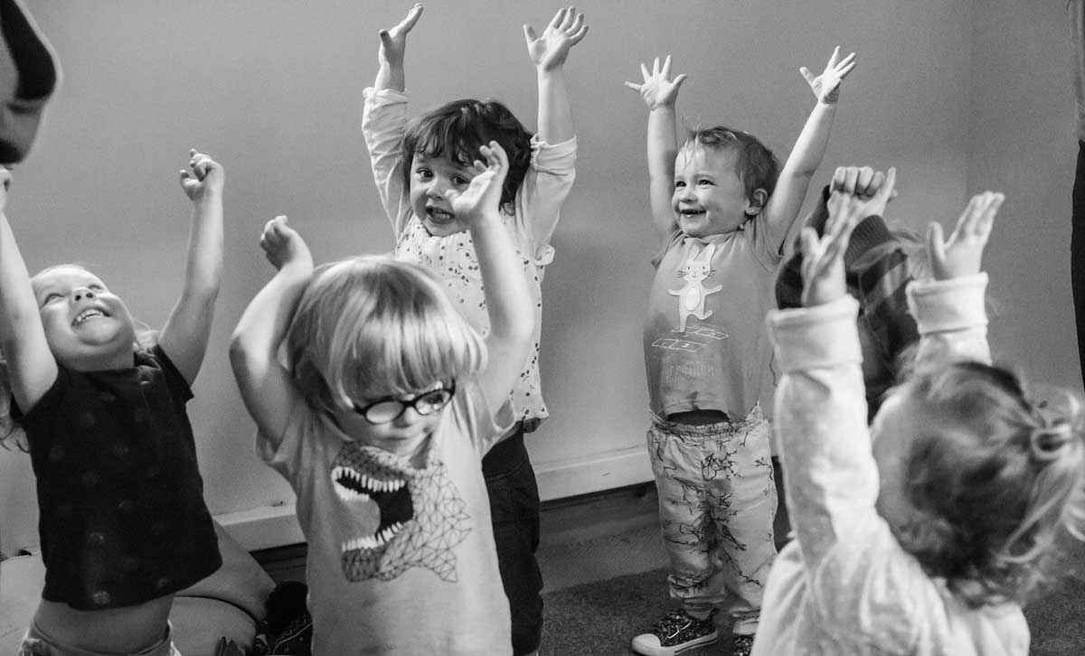 bw-toddlers-dancing